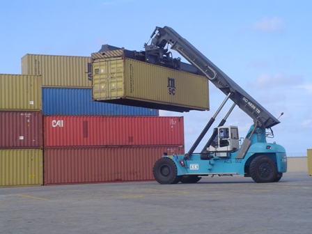 40-shipping-container-being-moved-around-at-port