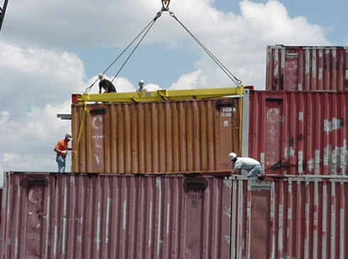 crane_moving_container